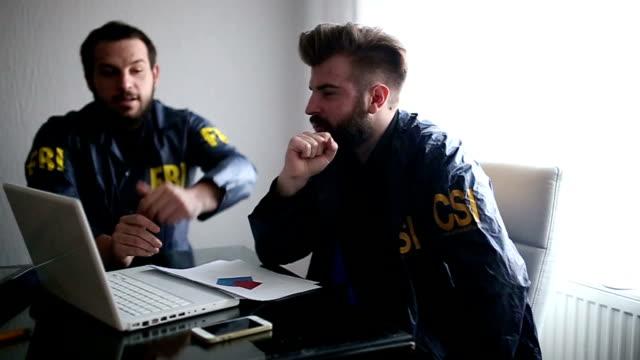 オフィスの 2 つの代理店 - 警察署長点の映像素材/bロール