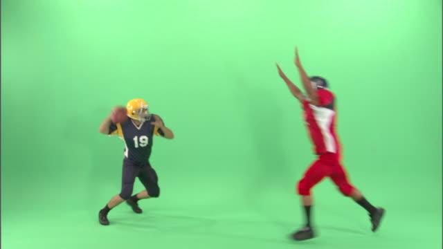 vidéos et rushes de ws, two american football players in studio - culture américaine