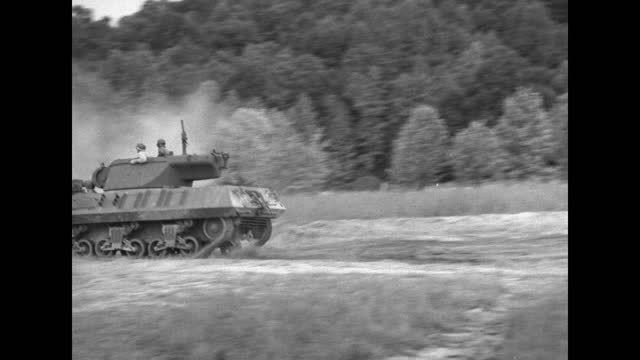 vidéos et rushes de two amphibious vehicles lead a formation of tanks over hilly, grass-covered area toward camera / vs amphibious vehicles and tanks move thru grassy... - véhicule amphibie