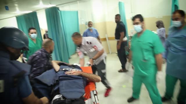 two anadolu agency journalists sustained injuries on thursday evening in an israeli raid on northern gaza. photojournalist mustafa hassouna and... - journalist bildbanksvideor och videomaterial från bakom kulisserna