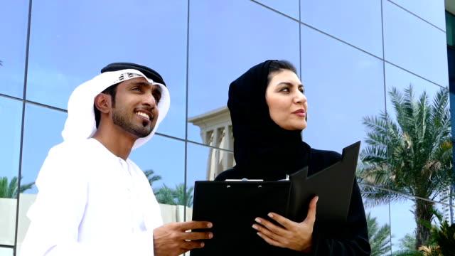 Zwei arab business Personen im Freien