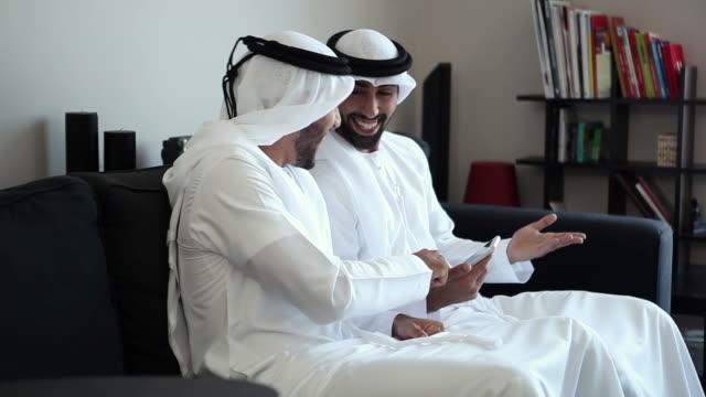 2 つの アラブ 男 、スマートフォン