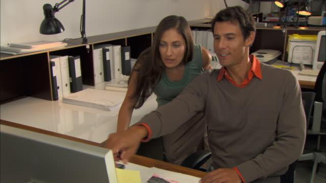 vídeos de stock, filmes e b-roll de cu, td, two architects working in office - plano americano
