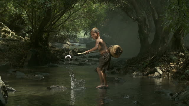 2 つのアジアの少年は、池で楽しく釣りです。 - 辺縁部点の映像素材/bロール