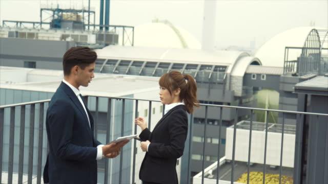 2 アジア ビジネス パートナー議論 (スローモーション) - 土曜日点の映像素材/bロール