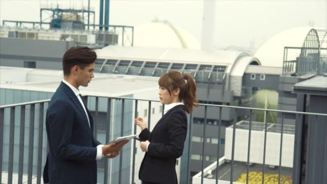 議論する 2 つのアジアのビジネス パートナー - 土曜日点の映像素材/bロール
