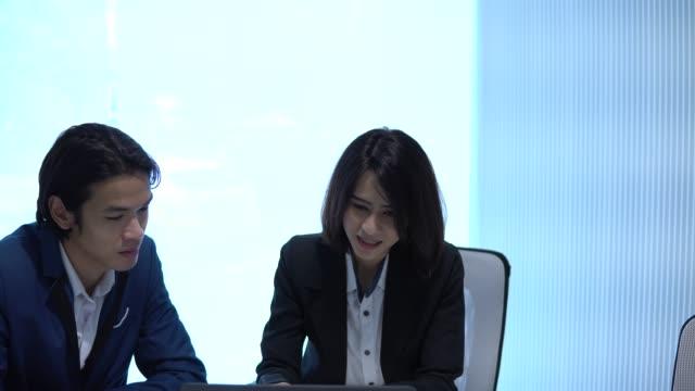 vidéos et rushes de deux personnes d'affaires en asie parlant - bring your own device