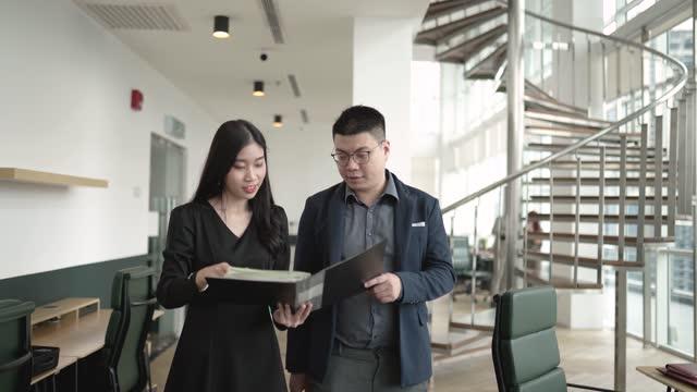 オフィスで議論をしている2人のアジアの中国のホワイトカラー労働者 - white collar worker点の映像素材/bロール