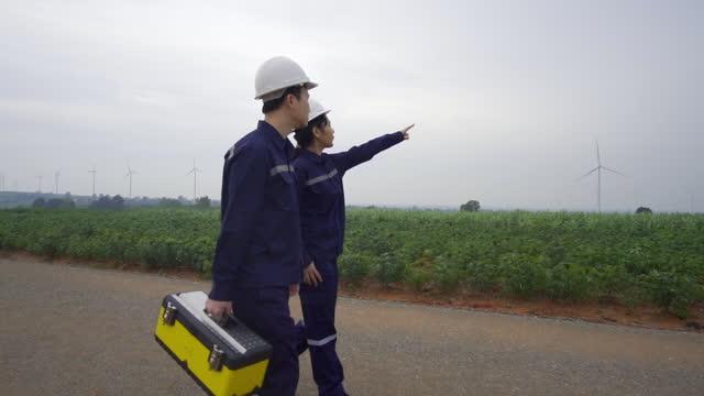 タイの風力発電所で安全な風力タービンの準備と進捗チェックを準備し、進捗状況チェックを行う統一検査エンジニアの2人のアジア人エンジニア。 - cable点の映像素材/bロール