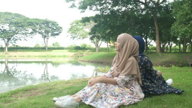 二つのアジアのイスラム教徒の幸福と笑顔 - モデスト・ファッション点の映像素材/bロール