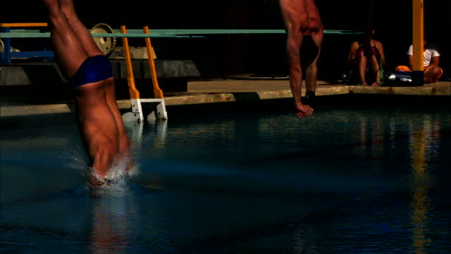 two athletes dive into a swimming pool. - 生理学点の映像素材/bロール