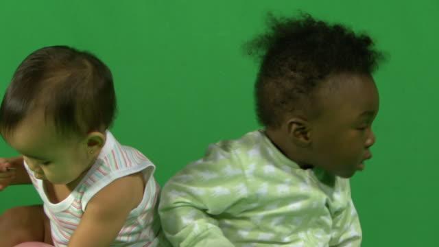 vidéos et rushes de ms two babies playing - 12 17 mois