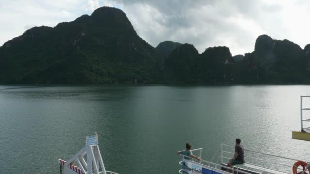 stockvideo's en b-roll-footage met twee backpackers nemen een veerboot rit naar cat ba, in noord-vietnam - vietnam