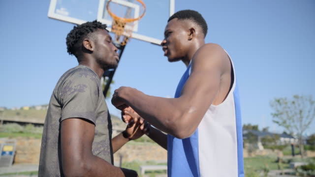 vídeos de stock e filmes b-roll de two basketball players arguing on court - brigar