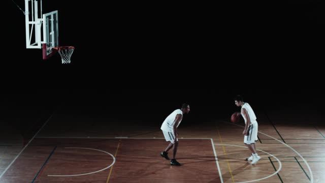 vidéos et rushes de slo missouri deux joueurs rehearsing et se tapant dans la main - trentenaire