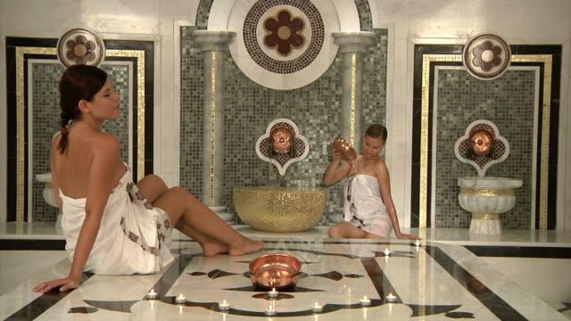 zwei schöne frauen im bad - bordell stock-videos und b-roll-filmmaterial