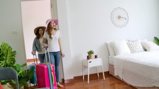 zwei schöne frauen im hotelzimmer im urlaub reisen. - reisegepäck stock-videos und b-roll-filmmaterial