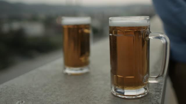 vidéos et rushes de deux mugs de bière - deux objets