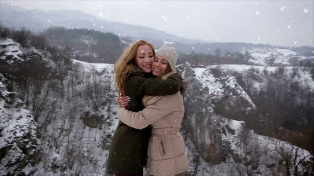 Twee beste vrienden knuffel