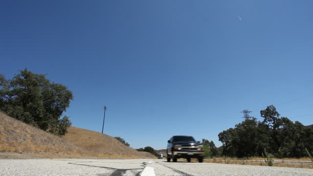 stockvideo's en b-roll-footage met ts two black suvs and semi-truck speeding along desert highway /los angeles, california, united states - sports utility vehicle