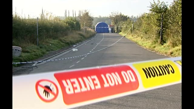 two bodies found in burning car in leicestershire england leicestershire earl shilton ext 'road closed' sign by police van and police scientific... - レスターシャー点の映像素材/bロール
