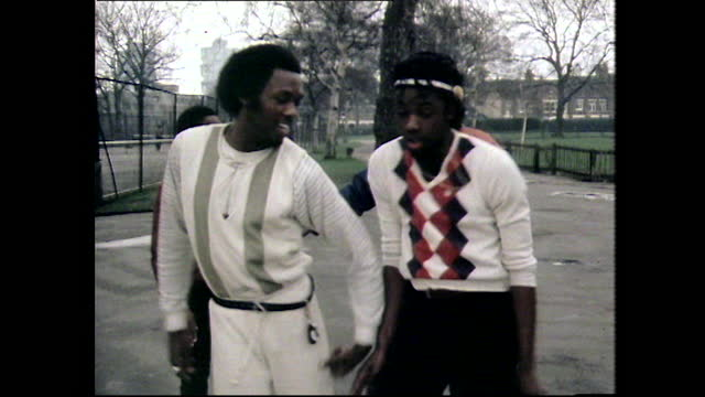 vídeos de stock e filmes b-roll de two boys body popping in a public park; 1984 - cultura hip hop
