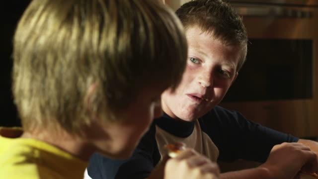 cu r/f two boys (12-13) eating pizza, american fork, utah, usa - 12 13 år bildbanksvideor och videomaterial från bakom kulisserna