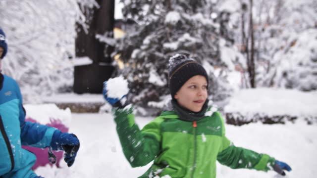 zwei jungs mit schneeballkampf - strauch stock-videos und b-roll-filmmaterial