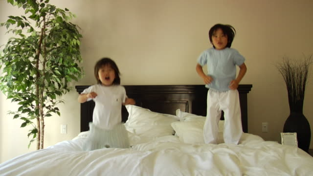 vídeos y material grabado en eventos de stock de slo, mo, ms, two boys (18-23 months, 6-7) jumping on bed, slo mo - 18 23 months