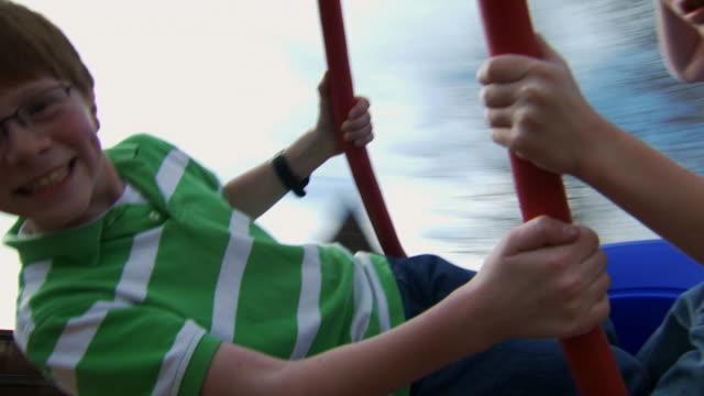 vidéos et rushes de two boys on tire swing smiling - balançoire pneu