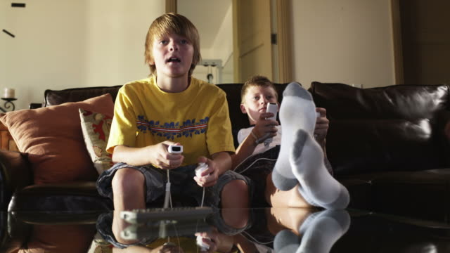 stockvideo's en b-roll-footage met ms two boys (12-13) playing computer game, american fork, utah, usa - 12 13 jaar