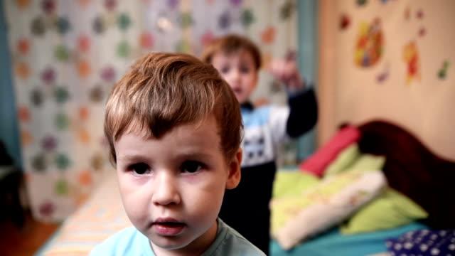 zwei jungen spielen. - mit dem finger zeigen stock-videos und b-roll-filmmaterial