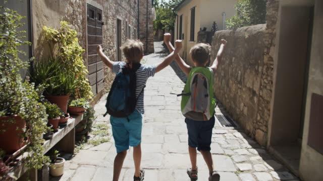 zwei jungen laufen nach letztem schultag - the end stock-videos und b-roll-filmmaterial