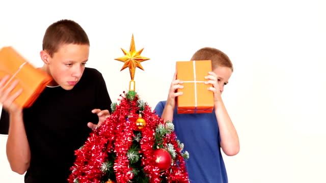 は、2 つの男の子 chrismas - ティンセル点の映像素材/bロール