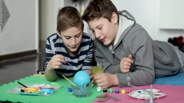 vidéos et rushes de deux garçons travaillant sur le projet d'école - fratrie