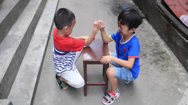 vídeos y material grabado en eventos de stock de dos hermanos en hutong - hutong