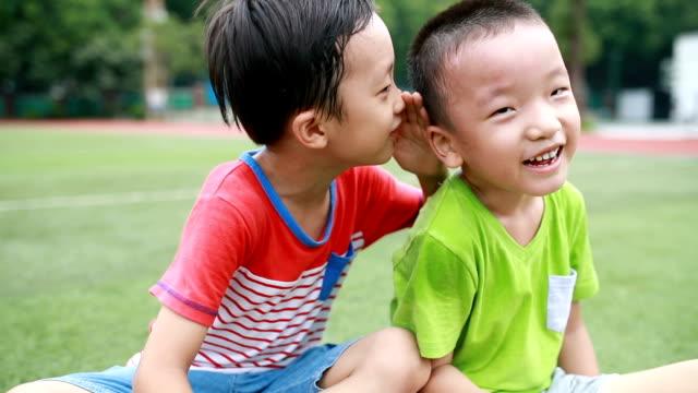 2 人の兄弟は公園で遊びました - 囁く点の映像素材/bロール
