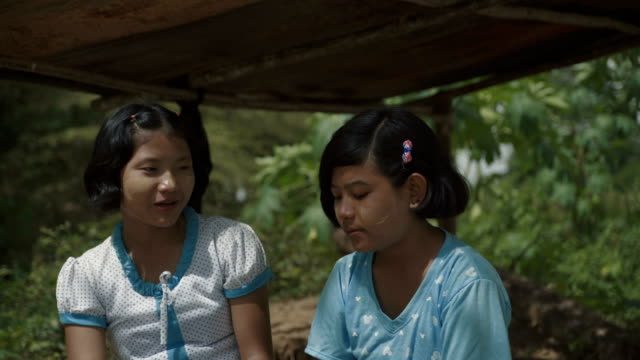 stockvideo's en b-roll-footage met m/s two burmese teenage girls (friends) talking - stippen