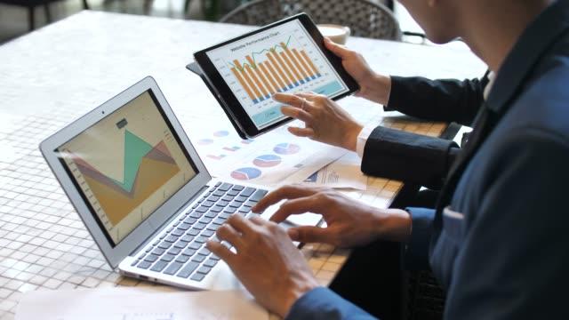 Twee zaken een zakelijke project en markt gegevens analyseren