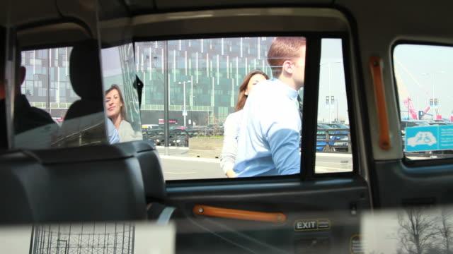vidéos et rushes de deux cadres vous à dos de taxi - taxi