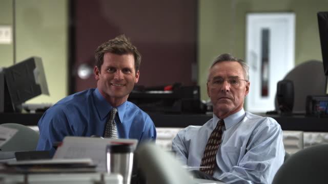 vídeos de stock e filmes b-roll de ms two business men sitting at table smile at camera, dallas, texas, usa - camisa e gravata