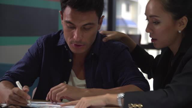 vídeos de stock e filmes b-roll de two business partner's planning the business strategy - dor no pescoço