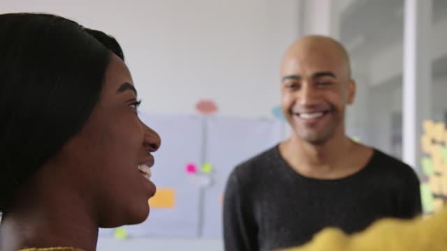 zwei geschäftsleute diskutieren und planen im amt - brainstorming stock-videos und b-roll-filmmaterial