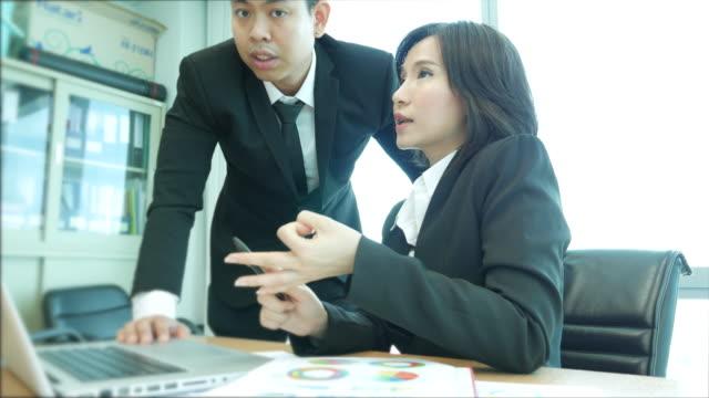 2 つのビジネス人々 はオフィスでの議論 - 説明する点の映像素材/bロール