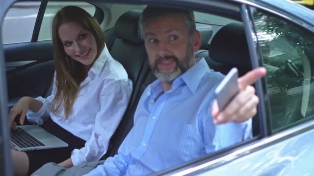 zwei geschäftsleute sprechen in einem auto - arbeitskollege stock-videos und b-roll-filmmaterial