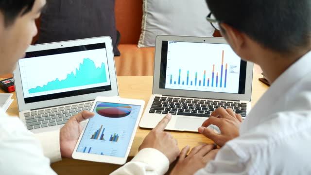 ノート パソコンでビジネス プロジェクトと話して 2 のビジネス人 - accessibility点の映像素材/bロール