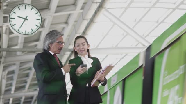 2 つのビジネス話、地下鉄駅での議論。 - passenger点の映像素材/bロール