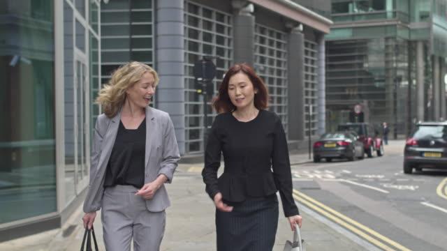 ロンドンに戻って通勤 2 つのビジネス女性ホームします。 - 中年点の映像素材/bロール