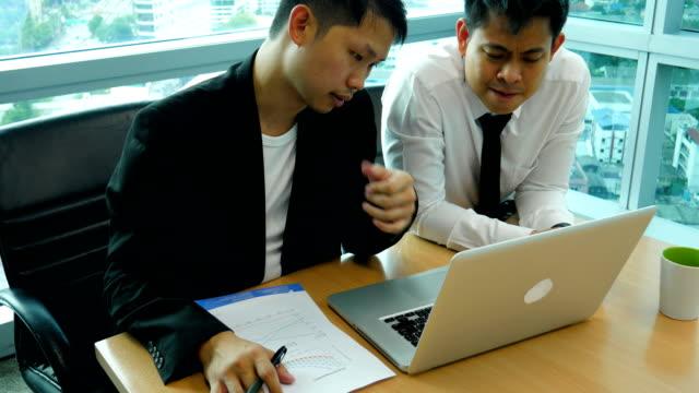 会議室で議論する 2 つのビジネスマン - 戦略点の映像素材/bロール