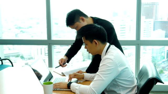 2 つのビジネスマンのオフィスでの会議やディスカッションをあります。 - 指差す点の映像素材/bロール